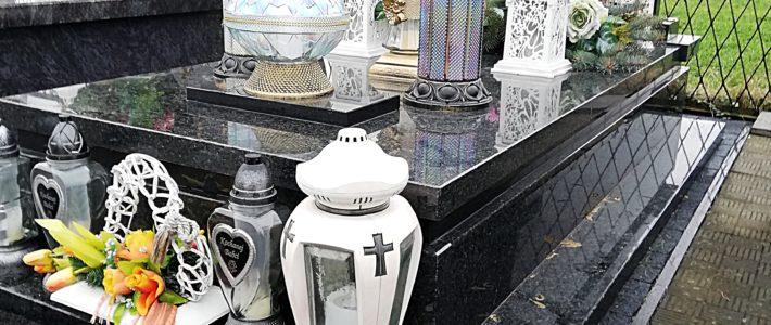 Nagrobki, Pomniki